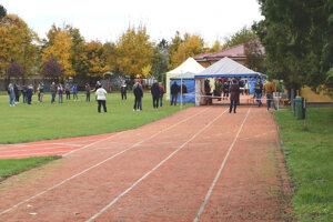 V Kalnej nad Hronom sa testuje na bežeckej dráhe v areáli základnej školy.