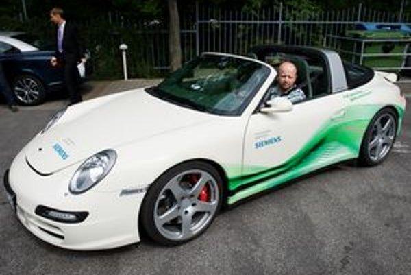 Reálna dostupnosť športových elektromobilov je ešte vzdialená, ale už teraz je jasné, že prípadný nástup elektriky neuberie fascináciu z pohybu. Tiež nám pri prvej jazde napadlo, že doba elektrická nemusí znamenať koniec tradičnej koncepcie Porsche. Naš