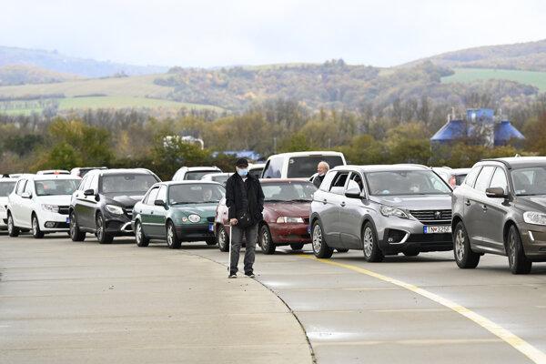 Autá čakajú v rade na testovanie na letisku v Trenčíne.