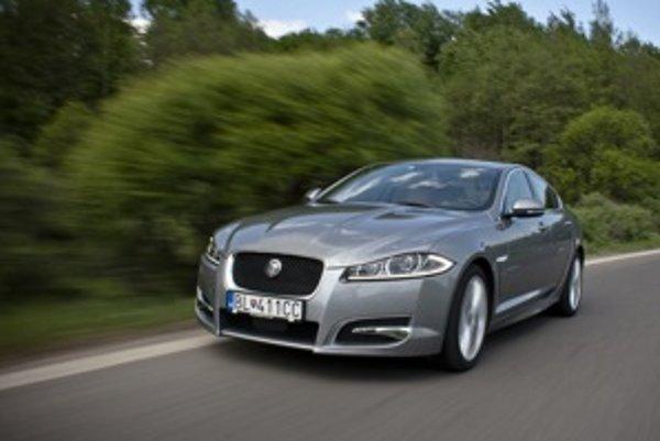 LED sa dnes v prednej maske nosia a Jaguar našiel svojskú krivku, ktorá má z diaľky identifikovať model. Našťastie má XF-S množstvo iných predností než LED denné svetlá. Napríklad výborné zladenie motora, prevodovky a charakteru podvozka.