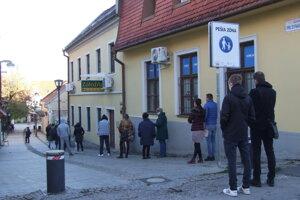 Čakajú na testovanie pred synagógou.
