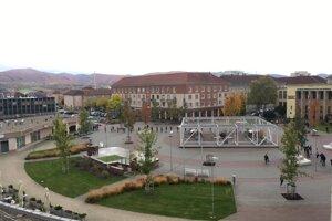 Takto vyzerali rady pred bývalým Domomkultúry (dnes EBG) v centre Žiaru v sobotu dopoludnia.