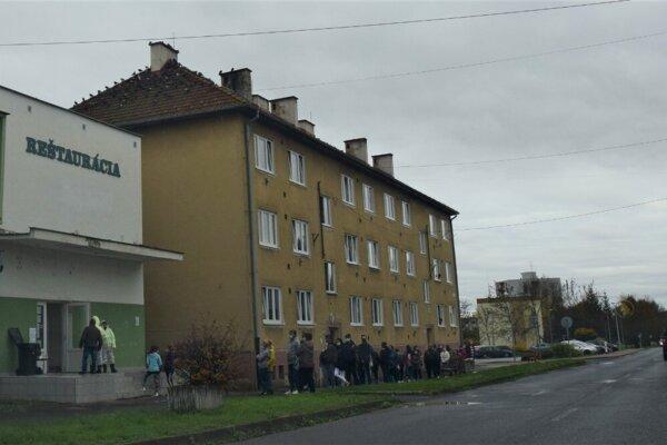 V sobotu dopoludnia pred jedným z odberových miest v Poltári.