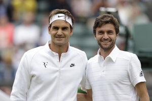 Roger Federer (vľavo) a Gilles Simon.