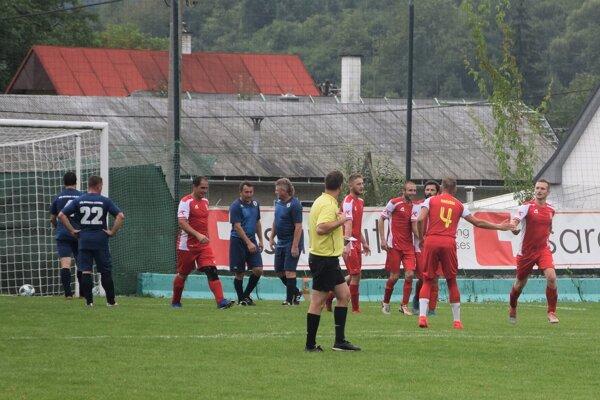 Futbalisti Kolárovíc (v červenom) po neúplnej jeseni kraľujú v III. B triede ObFZ Žilina.