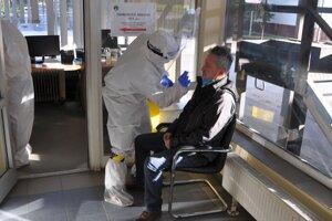 Testovanie v prvom kole na vrátnici hutníckeho podniku OFZ v Širokej.