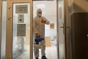 Dezinfekcia odberových miest pri pilotnom kole dobrovoľníkmi z Oravského záchranného systému