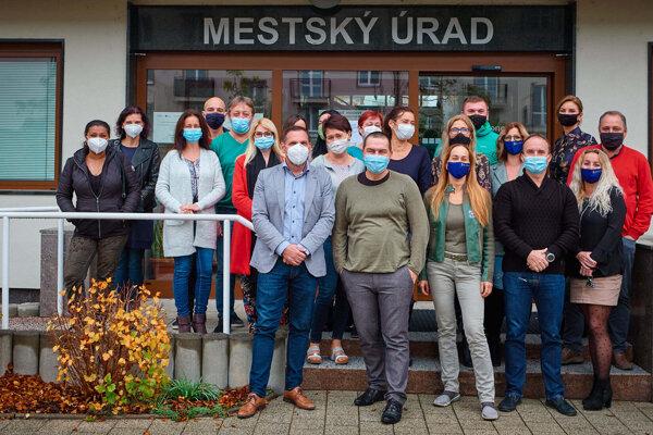 Mestský tím, ktorý pracoval na príprave plošného testovania v Žiari nad Hronom. Niektorí pracovníci na fotografii chýbajú.