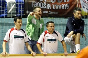 Čeľadičania si historicky zahrali aj proti FC Nitra, keď dokonca viedli 2:0, ale prehrali 2:5. Zľava M. Dudáš, tréner J. Jelšic, D. Koprda a M. Čambal.