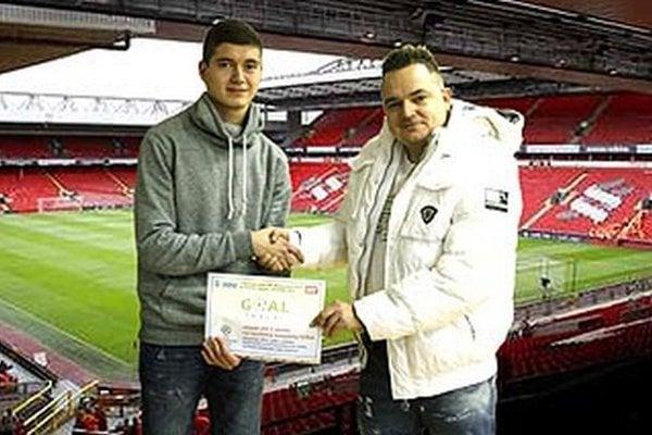 Samuel Mikle sa teší na cestu na Anfield Road. Marek Farkaš mu umožní, aby naživo videl zápas svojho obľúbeného klubu FC Liverpool.