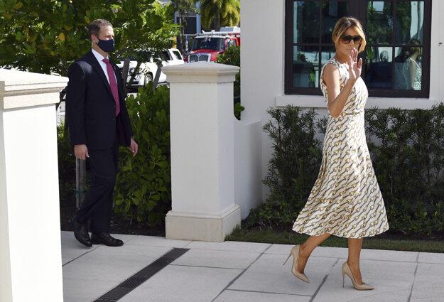 Melania Trumpová prichádza odvoliť v prezidentských voľbách 2020 v Palm Beach na Floride.