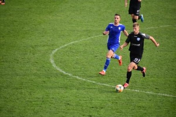 Marek Kuzma (vľ.) v zápase Dubnice proti Šamorínu.
