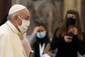 Pápež František s ochranným rúškom na tvári.
