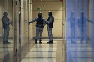 Príslušníci bezpečnostných síl v sídle Navaľného nadácie v Moskve.