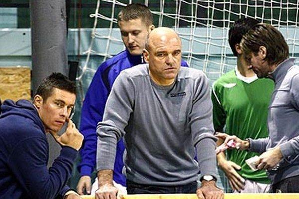 Jaroslav Kostoláni (v strede) už nie je trénerom futbalistov ČFK Nitra.