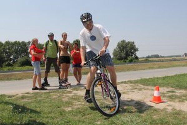 Cyklista s okuliarmi, ktoré simulujú 2 promile alkoholu v krvi.