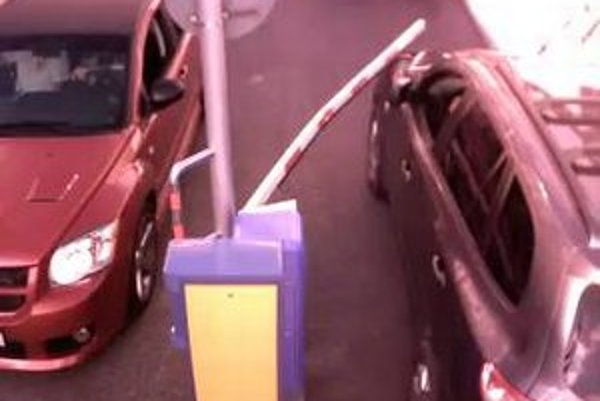 Auto narazilo pri výjazde z parkoviska do rampy, ktorú odtrhlo. Následne sa rampa odrazila do oproti idúceho motorového vozidla Dodge.