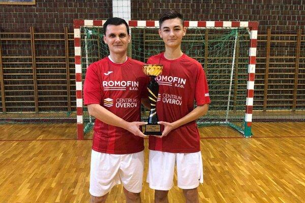 Lukáš Jablonický (vpravo) je jedným z najmladších rozhodcov pôsobiacich v oblastnom zväze.