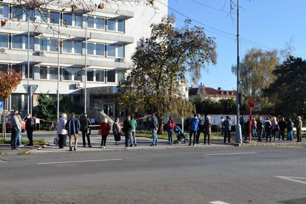 V sobotu na poludnie zriadili pre značný záujem ľudí o testovanie  v Lučenci aj druhé odberné miesto.