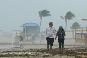 Úrady na Floride už v predstihu uzavreli pláže, prístavy a miesta, kde sa uskutočňujú testy na ochorenie COVID-19.