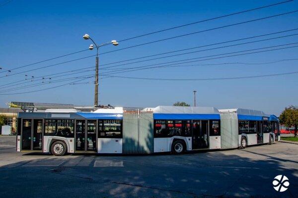 Hybridný, trojčlánkový trolejbus je dlhý 24 metrov.