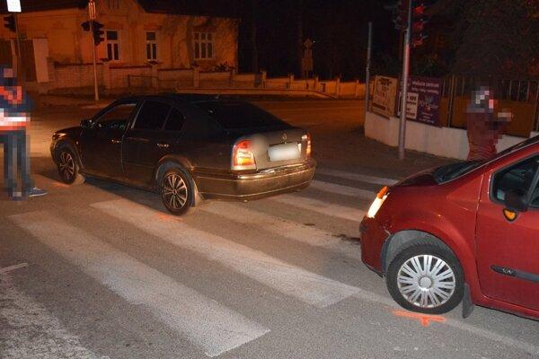 Vodička svoje auto neubrzdila a narazilo do vozidla pred ňou.