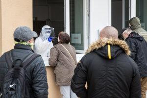 Na odbernom mieste pred nemocnicou na Antolskej v bratislavskej Petržalke už po hodine a pol chýbali testy.