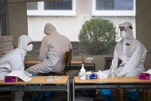 Študenti medicíny mali viacero možností, ako pomáhať. Časť z nich pomáhala napríklad počas celoplošného testovania na odberných miestach.