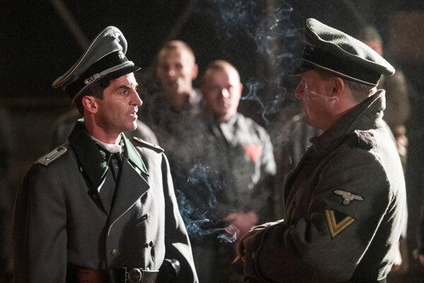 Film Správa má medzinárodné obsadenie. Na obrázku Nemci Christoph Bach a Florian Panzner.