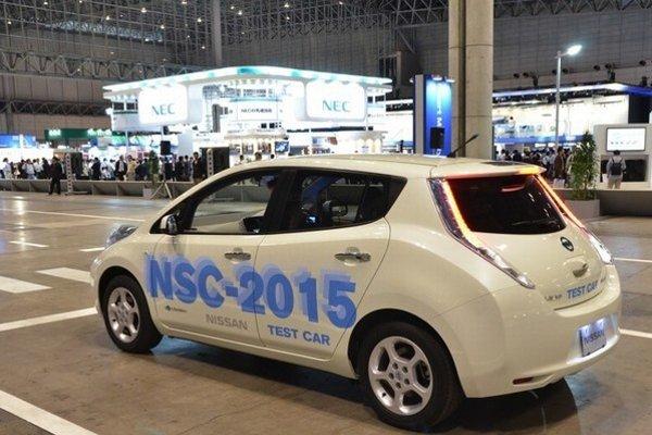Vozidlo Nissan Leaf NSC-2015 s autonómnymi schopnosťami.