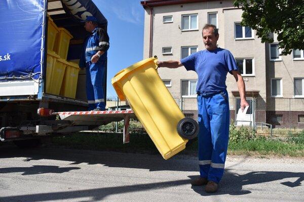 Nitrianske komunálne služby pokračujú s rozvozom ďalších 120 litrových žltých smetných nádob na triedený odpad do domácností, v ktorých bol zavedený vrecový systém zberu.