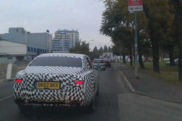 Maskovaný facelift vozidla Bentley zachytený dnes v Bratislave.