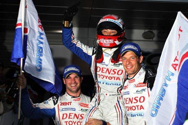 Hybridná Toyota TOYOTA TS010 zvíťazila vďaka jazdeckému umeniu trojice Alex Wurz, Nicolas Lapierre a Kazuki Nakadžima.