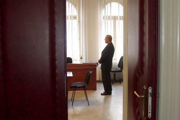 Obžalovaný kňaz v pojednávacej miestnosti.