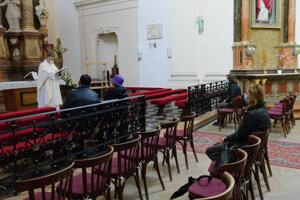 Kostoly sa otvoria od pondelka s maximálnou kapacitou 50 percent.