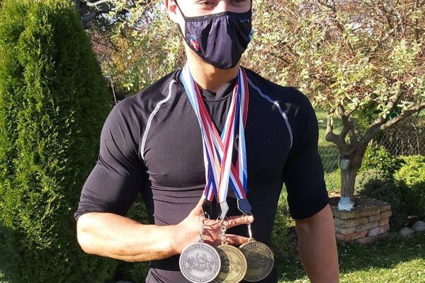 Michal Barbier s tromi medailami z majstrovstiev sveta vo fitnes (dve zlaté a jedna strieborná).