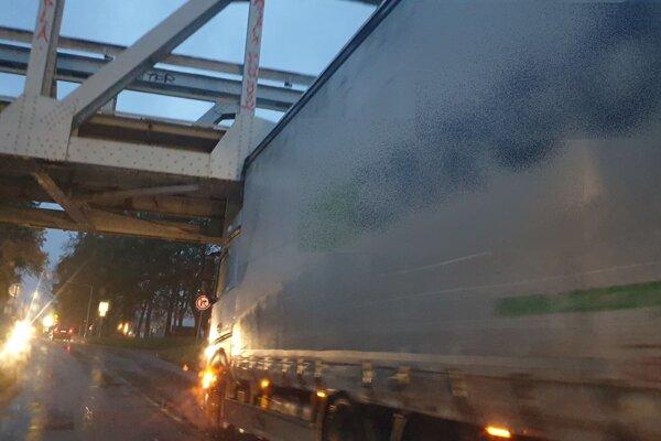Kamióny majú pod mostami problém svýškou.