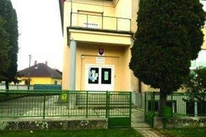 Žltačku sa z dedín v okolí Zlatých Moraviec stále nedarí dostať pod kontrolu. Na snímke je škola v Tekovských Nemciach, ktorú museli na týždeň uzavrieť.