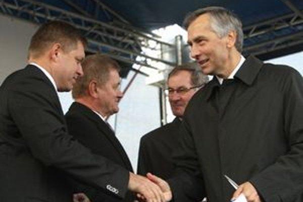 Robert Fico, nitriansky župan Milan Belica, Pavol Hrušovský a Ján Figeľ sa tešili z novej cesty spolu.