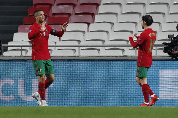 Cristiano Ronaldo (vľavo) a Bernardo Silva v drese Portugalska.