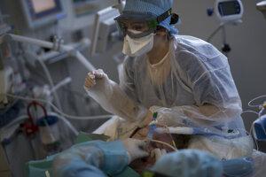 Koronavírusom sa nakazilo už viac ako 55 miliónov ľudí.