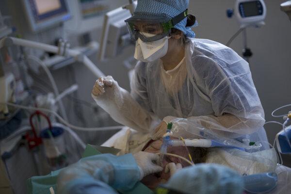 Pacientov nechajú inhalovať interferón beta.
