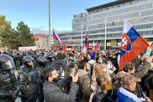 Ľudia počas protestu pred Prezidentským palácom v Bratislave.