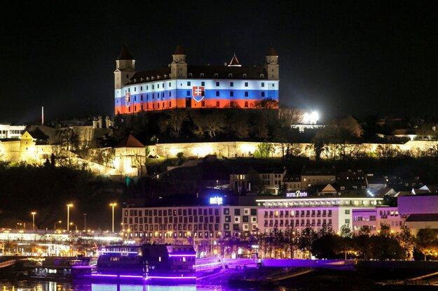 Bratislavský hrad, ktorý je nasvietený vo farbách trikolóry.