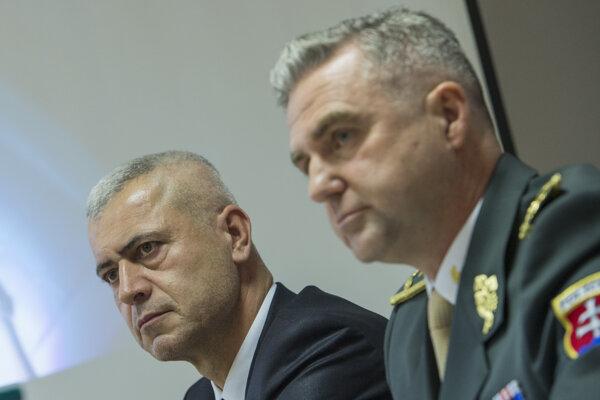 V kauze Očistec stíhajú bývalé špičky polície. Na fotke je exšéf NAKA Peter Hraško a bývalý prezident polície Tibor Gašpar.