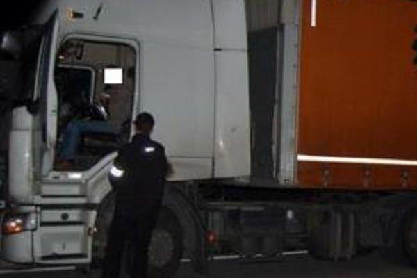 Vodiča kamiónu prichytili policajti, ako jazdil s alkoholom v krvi. Namerali mu 1,79 promile. Hrozí mu 5-ročné väzenie.