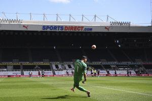Martin Dúbravka (Newcastle United) vykopáva loptu na štadióne St. James' Park.
