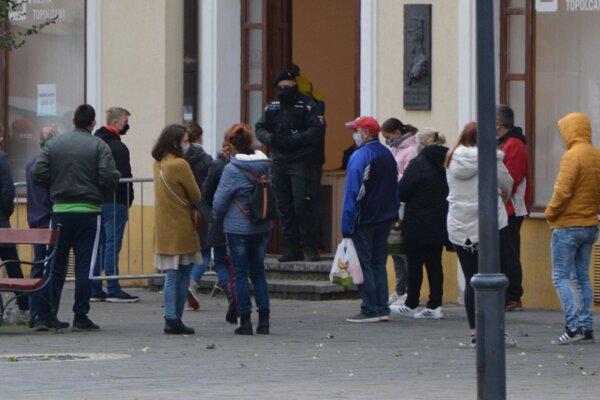 Otestovať sa môžete nechať aj v Galérii mesta Topoľčany, kde od stredy zatiaľ odhalili 25 pozitívne testovaných ľudí.