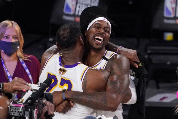 LeBron James a Dwight Howard v drese Los Angeles Lakers.