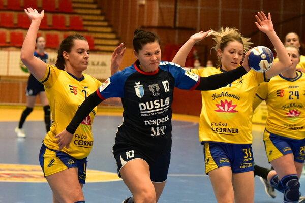 Katarína Pócsiková medzi dvojicou hráčok Dun. Stredy Bugárová - Rajnohová.